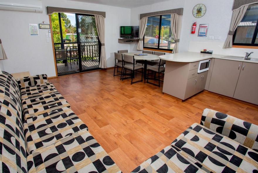 BIG4 Bendigo Park Lane Holiday Park - Family Cabin - Sleeps 5 - Living