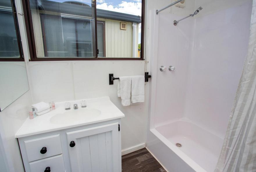 BIG4 Bendigo Park Lane - Budget Cabin - Bathroom