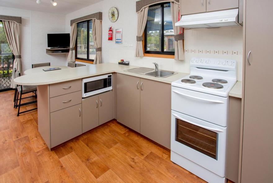 BIG4 Bendigo Park Lane Holiday Park - Family Cabin - Sleeps 6 - Kitchen