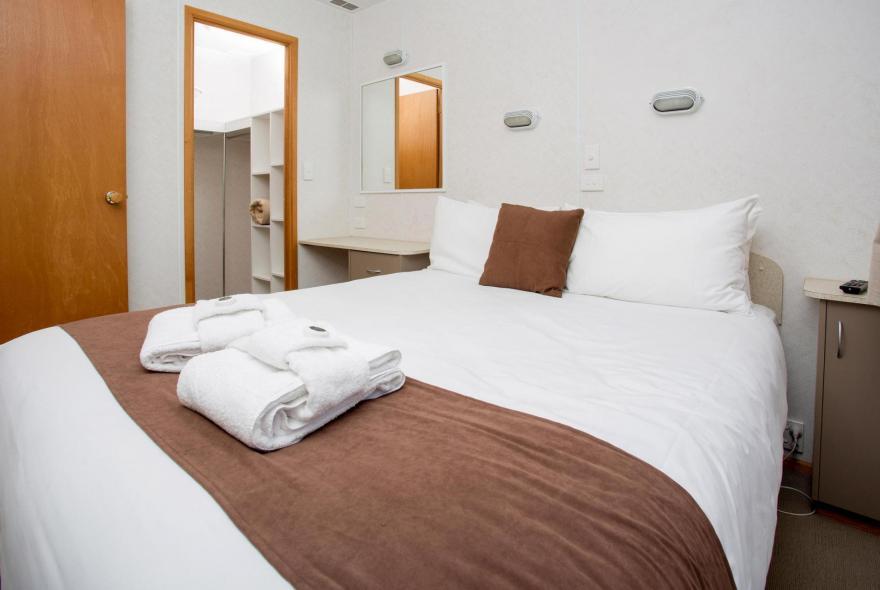 BIG4 Bendigo Park Lane Holiday Park - Family Cabin - Sleeps 6 - Bedroom 1