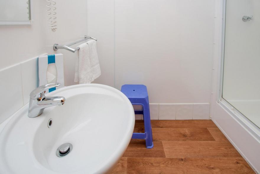 BIG4 Bendigo Park Lane Holiday Park - Family Cabin - Sleeps 5 - Bathroom