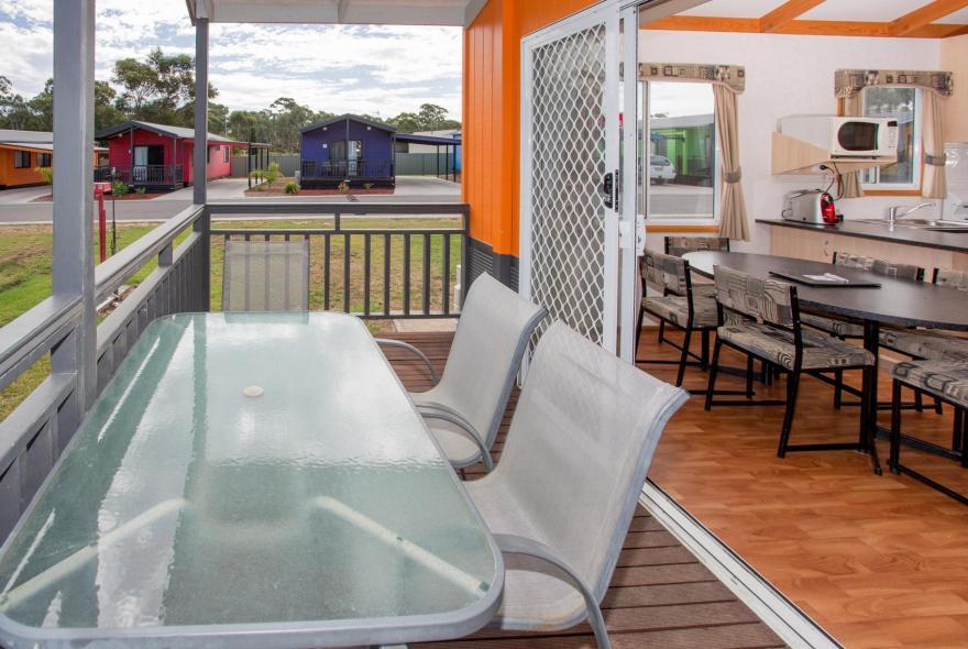 BIG4 Bendigo Park Lane Holiday Park - Family Cabin - Sleeps 7 - Veranda