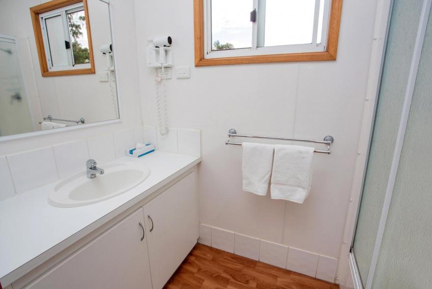 BIG4 Bendigo Park Lane Holiday Park - Family Cabin - Sleeps 7 - Bathroom