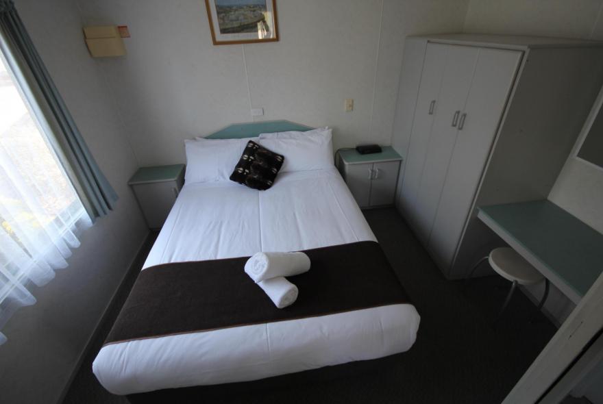 BIG4 Bendigo Park Lane - Standard Cabin - Sleeps 5 - Bedroom 1
