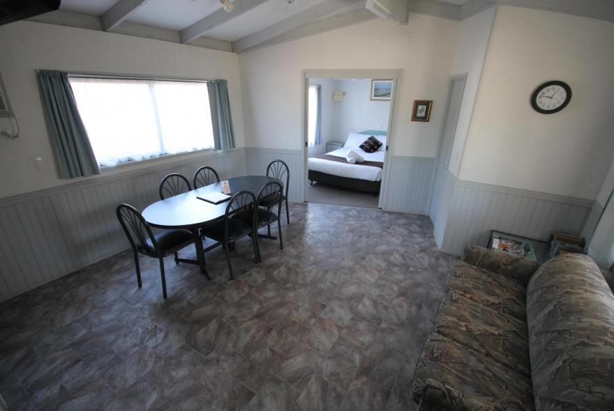 BIG4 Bendigo Park Lane - Standard Cabin - Sleeps 5 - Living
