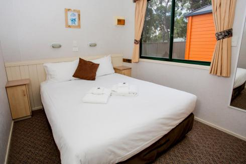 BIG4 Bendigo Park Lane Holiday Park - Standard Cabin - Sleeps 6 - Bedroom 1