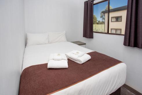 BIG4 Bendigo Park Lane - Budget Cabin - Bedroom 1