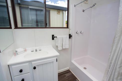 BIG4 Bendigo Park Lane - Budget Cabin - Bathroom