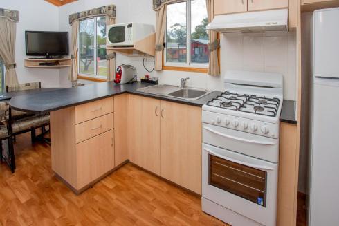 BIG4 Bendigo Park Lane Holiday Park - Family Cabin - Sleeps 7 - Kitchen
