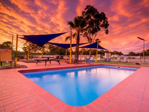 BIG4 Bendigo Park Lane Holiday Park - Pool at Sunset