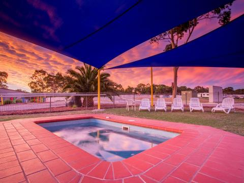 BIG4 Bendigo Park Lane Holiday Park - Outdoor heated Spa at Sunset