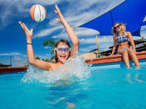 BIG4 Bendigo Park Lane Holiday Park - Pool - Kids Splashing