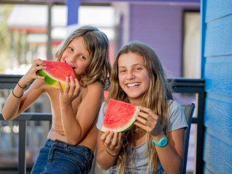BIG4 Bendigo Park Lane Holiday Park - Family enjoy watermelon on veranda