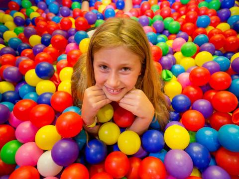 BIG4 Bendigo Park Lane Holiday Park - Parky's Wonderland - Girl in ball pit