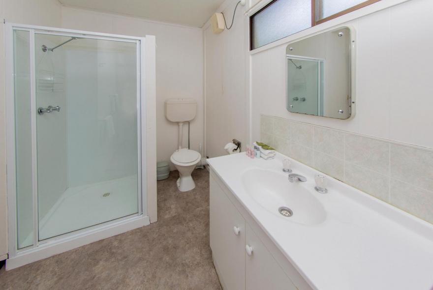 BIG4 Shepparton Park Lane Holiday Park - Standard Cabin - Bathroom