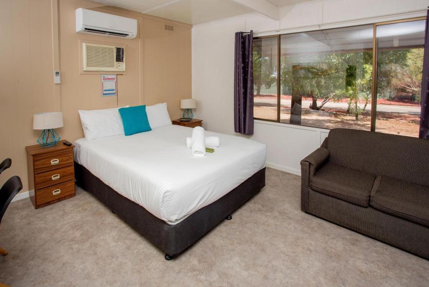 BIG4 Shepparton Park Lane Holiday Park - Standard Cabin - Bedroom Lounge