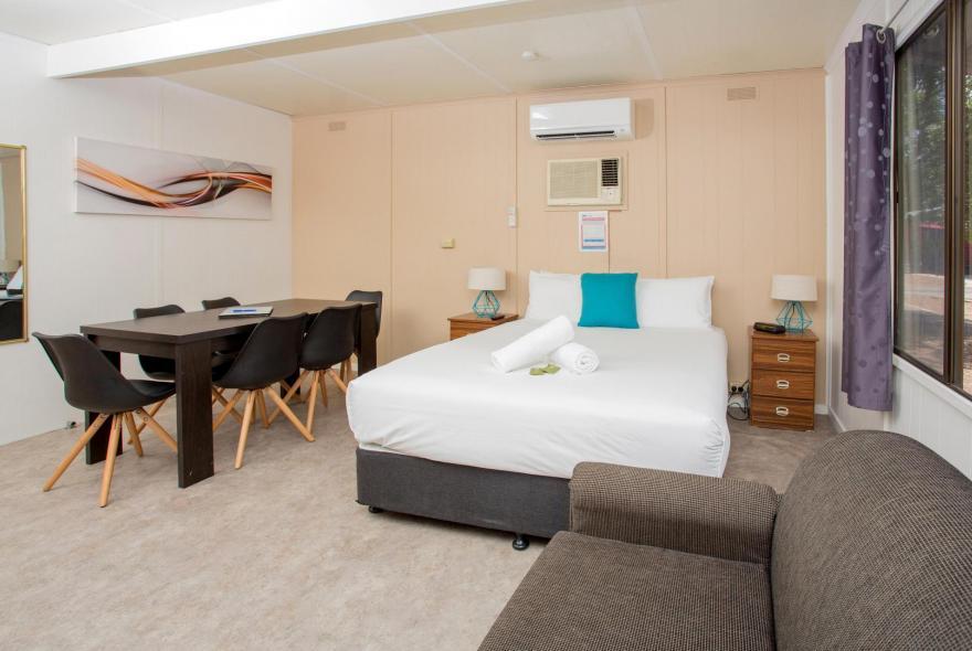 BIG4 Shepparton Park Lane Holiday Park - Standard Cabin - Bedroom Dining
