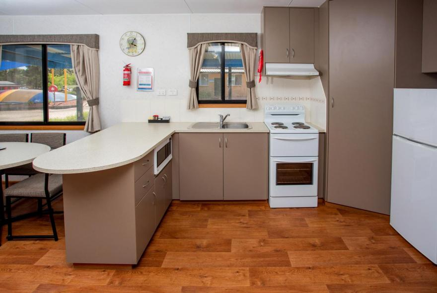 BIG4 Shepparton Park Lane Holiday Park - Family Cabin Sleeps 6 - Kitchen