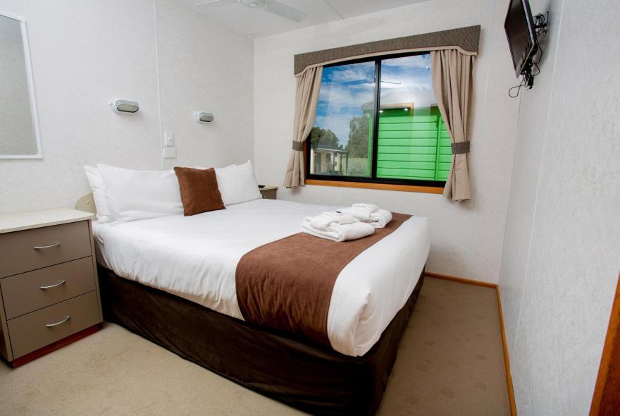 BIG4 Shepparton Park Lane Holiday Park - Family Cabin Sleeps 6 - Bedroom 1