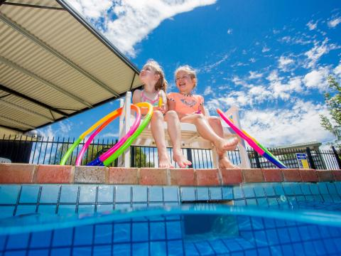 BIG4 Shepparton Park Lane Holiday Park - Pool - Girls seated on the side