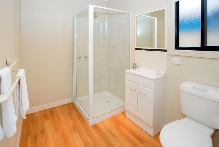 BIG4 Traralgon Park Lane Holiday Park - Family Cabin - Sleeps 4 - Bathroom