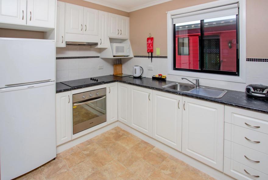 BIG4 Traralgon Park Lane Holiday Park - Family Cabin - Sleeps 6 - Kitchen
