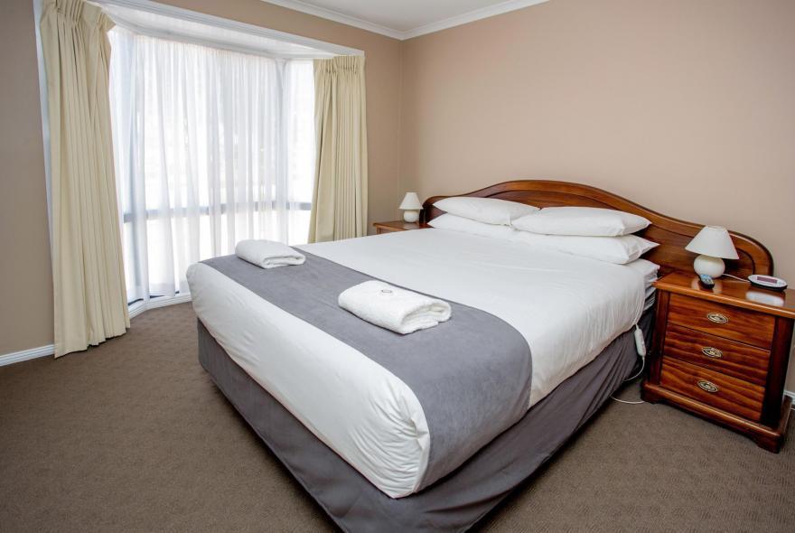 BIG4 Traralgon Park Lane Holiday Park - Family Cabin - Sleeps 6 - Bedroom 1