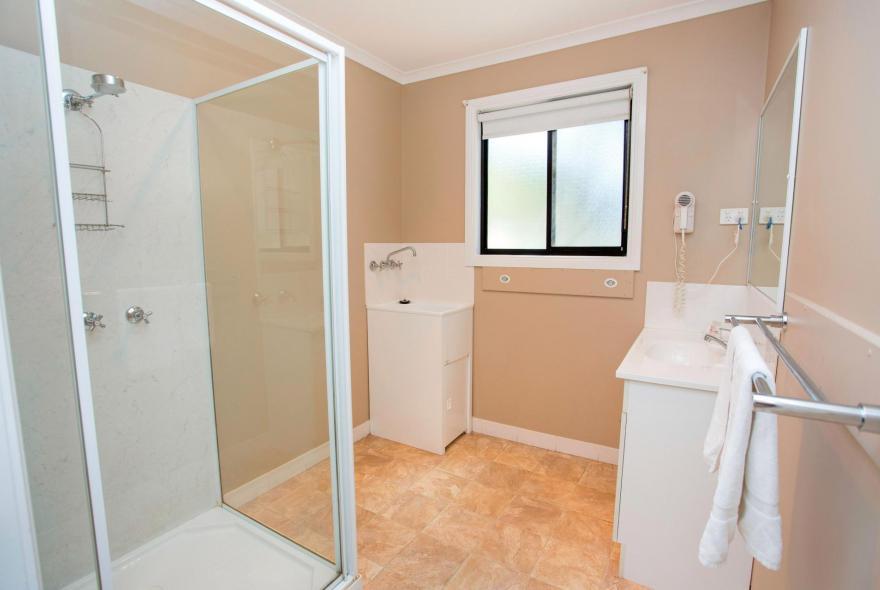 BIG4 Traralgon Park Lane Holiday Park - Family Cabin - Sleeps 6 - Bathroom