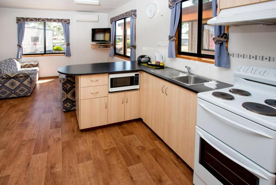 BIG4 Traralgon Park Lane Holiday Park - Family Cabin - Sleeps 5 - Kitchen