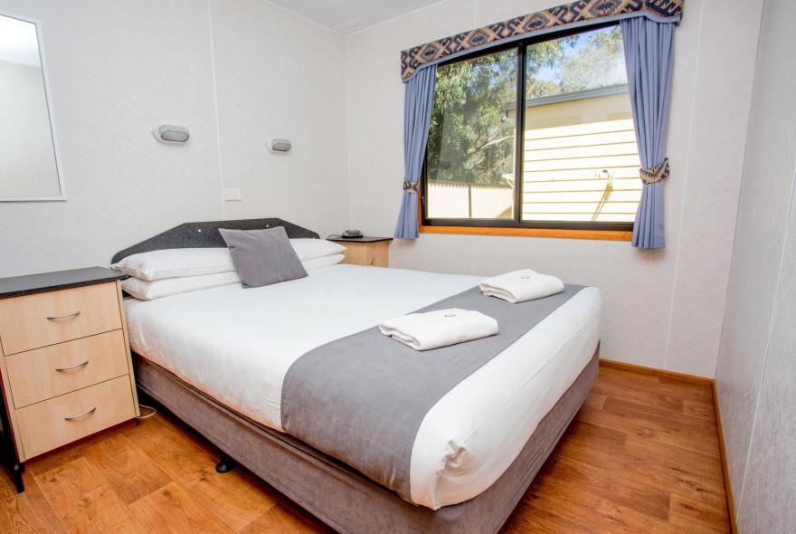 BIG4 Traralgon Park Lane Holiday Park - Family Cabin - Sleeps 5 - Bedroom 1