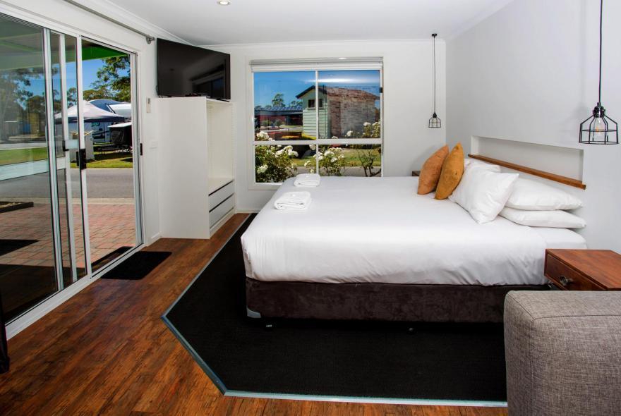 BIG4 Traralgon Park Lane Holiday Park - Studio Cabin - Bed