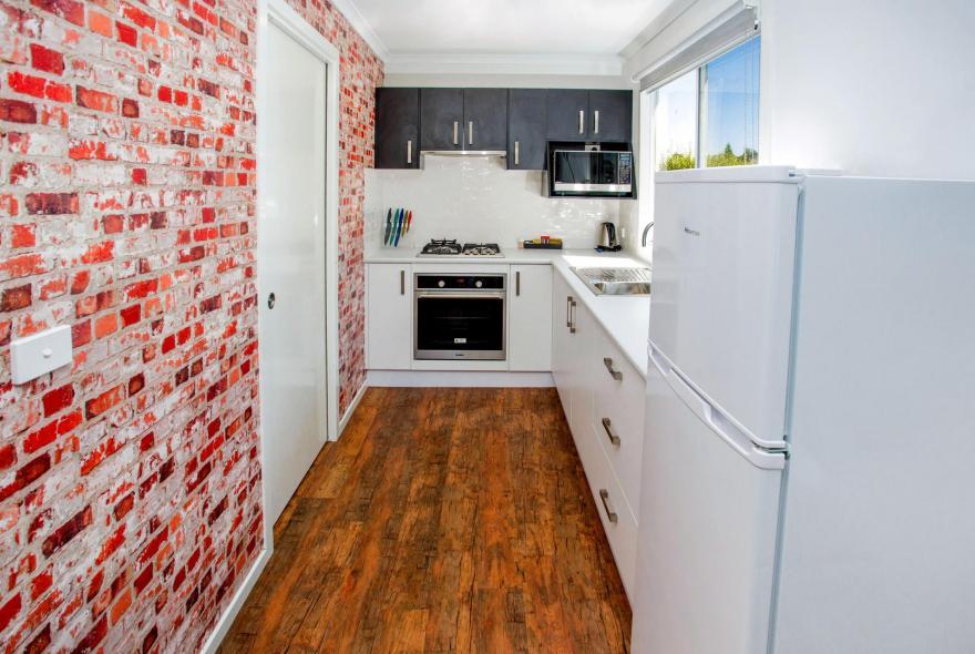 BIG4 Traralgon Park Lane Holiday Park - Studio Cabin -  Kitchen