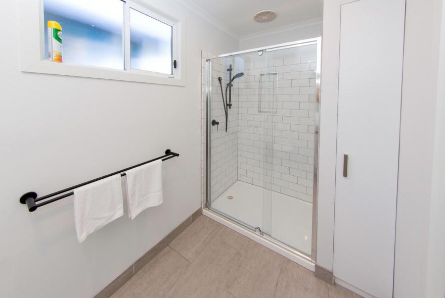 BIG4 Traralgon Park Lane Holiday Park - Studio Cabin - Bathroom