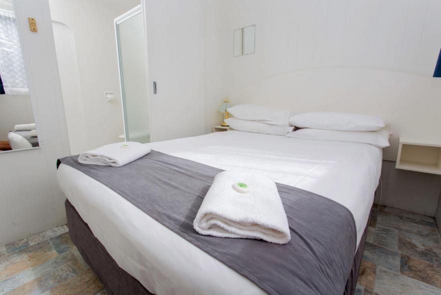 BIG4 Traralgon Park Lane Holiday Park - Budget Cabin - Sleeps 2 - Bedroom
