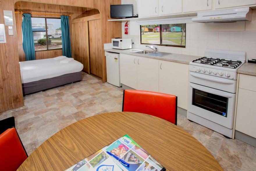 BIG4 Traralgon Park Lane Holiday Park - Budget Accommodation - Sleeps 4 - Kitchen
