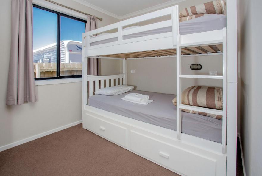 BIG4 Traralgon Park Lane Holiday Park - Superior Family Cabin - Bunks