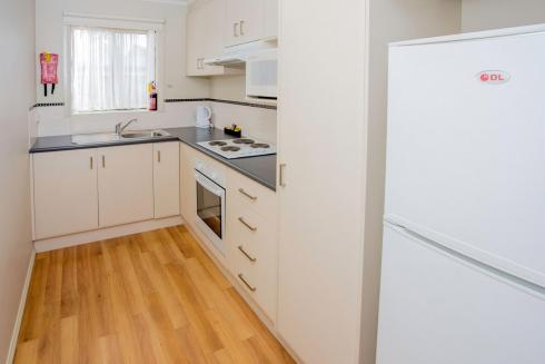 BIG4 Traralgon Park Lane Holiday Park - Family Cabin - Sleeps 4 - Kitchen