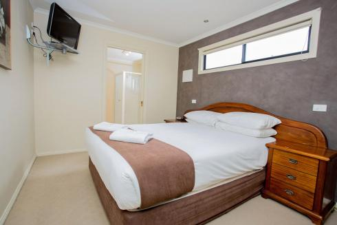 BIG4 Traralgon Park Lane Holiday Park - Family Cabin - Sleeps 4 - Bedroom 1