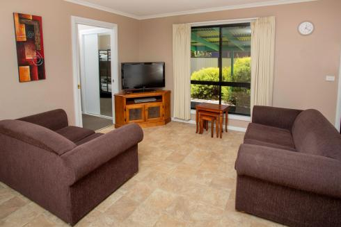 BIG4 Traralgon Park Lane Holiday Park - Family Cabin - Sleeps 6 - Living