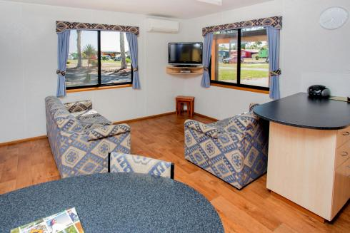 BIG4 Traralgon Park Lane Holiday Park - Family Cabin - Sleeps 5 - Living