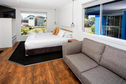 BIG4 Traralgon Park Lane Holiday Park - Studio Cabin - Bed and Living