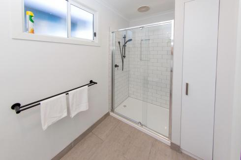 BIG4 Traralgon Park Lane Holiday Park - Studio Cabin - Bathroom