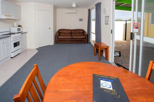 BIG4 Traralgon Park Lane Holiday Park - Standard Cabin - Sleeps 2 - Dining