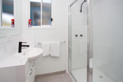 BIG4 Traralgon Park Lane Holiday Park - Standard Cabin - Sleeps 2 - Bathroom
