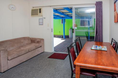 BIG4 Traralgon Park Lane Holiday Park - Standard Cabin - Sleeps 5 - Living
