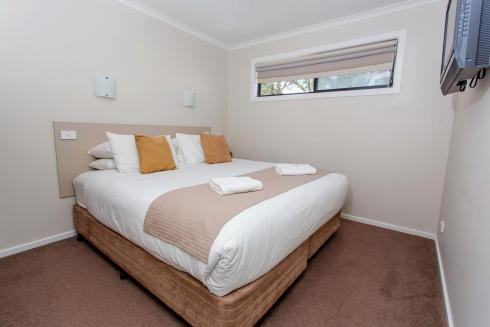 BIG4 Traralgon Park Lane Holiday Park - Superior Family Cabin - Bedroom 1