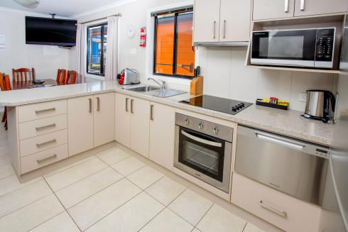 BIG4 Traralgon Park Lane Holiday Park - Superior Family Cabin - Kitchen