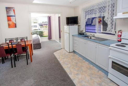BIG4 Traralgon Park Lane Holiday Park - Standard Cabin - Sleeps 4 - Kitchen and Dining