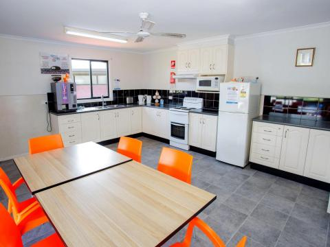 BIG4 Traralgon Park Lane Holiday Park - Cam Kitchen