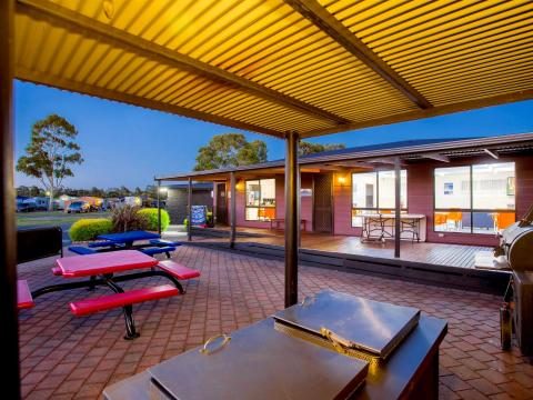 BIG4 Traralgon Park Lane Holiday Park - BBQ Area